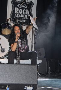 WASP-yhtyeen kitaristi Doug Blair antaa palautetta. Kuva: Tiina Käpylä.