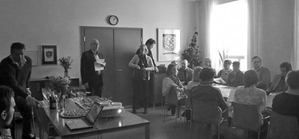 Joukko kirjan tekijöitä professori Auvo Kostiaisen johdolla esitteli uutta teosta Sirkkalan kampuksella pidetyssä julkistustilaisuudessa.