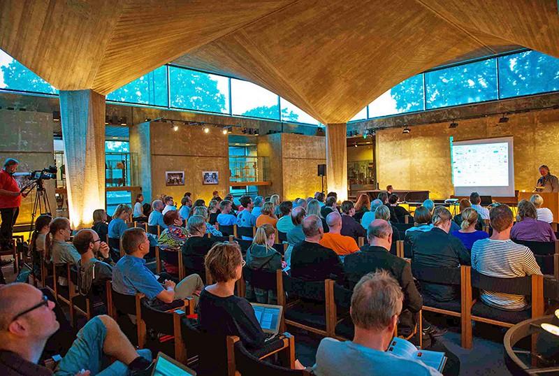 Vuoden 2013 Aboagorassa yleisö seurasi kiinnostuneena Bruce Sterlingin luentoa. Kuva: Otto Väätäinen.