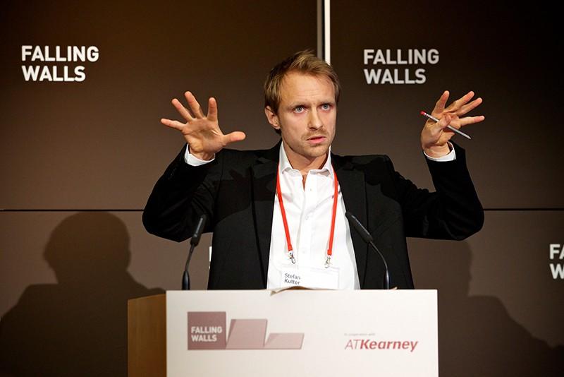 Stefan Kutter esittelemässä omaa läpimurtoaan loppukilpailussa 8.11.2013. Kuva: Falling Walls Foundation.