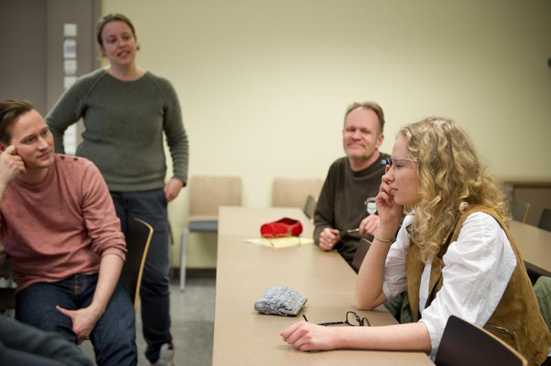 Daphne Channa Hornin (toinen vasemmalta) työpajassa opiskelijat saivat kokeilla Google Glass -laseja. Laseilla voi esimerkiksi ottaa kuvia, pelata pelejä ja kääntää paperilta vieraskielistä tekstiä.