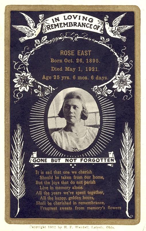 Siirtolaiset saattoivat lähettää myös postikortteina ilmoituksia kuolleista, kuten tämän Rose East -nimisen suomalaisen siirtolaisen kohdalla. Hänen nuorempi veljensä Alfred oli menehtynyt puoli vuotta aikaisemmin. Kuva: Varsinais-Suomen amerikankirjeet.