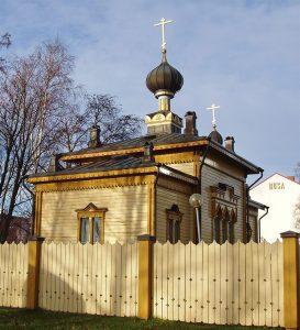 Tornioon rakennettiin sotilaskirkoksi Apostolien Pietarin ja Paavalin kirkko (1884). Rakennus siirrettiin nykyiselle paikalleen lähelle Ruotsin rajaa 1956. Se entisöitiin 1985 ja on vuodesta 1984 lähtien palvellut jälleen ortodoksisena kirkkona. Kuva: Helena Ruotsala.