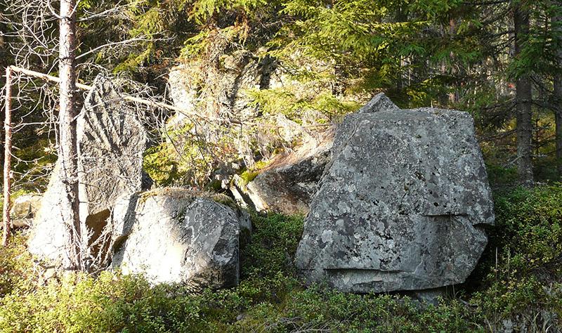 Tarinoissa elätti- ja haltiakäärmeiden asuinpaikoiksi on mainittu usein kivimuodostumat, vanhat saunarakennukset tai talon uunin alusta. Nämä olivat kansanuskossa yhteyspaikkoja tuonpuoleiseen maailmaan. Kuva: Juha Huvinen.