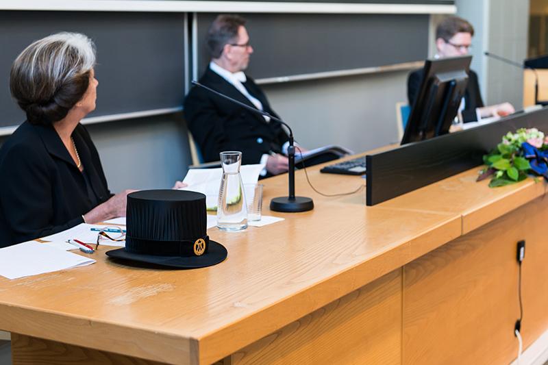 Vastaväittäjä Eila Helander, kustos Veikko Anttonen ja Teemu Mantsinen. Kuva: Hannu Heinonen.