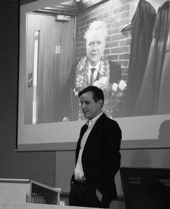 Matthew Engelke luennoi tunnustuksettomista hautajaisista