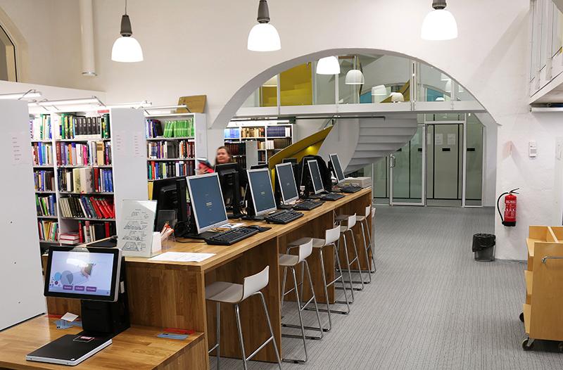 Kirjaston ala-aulan asiakaspäätteet. Kuva: Aki Luotonen.