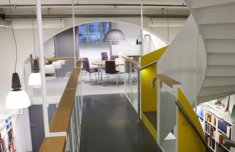 Kirjaston eri kerroksissa on useita erilaisia työskentelytiloja. Kuva: Aki Luotonen.