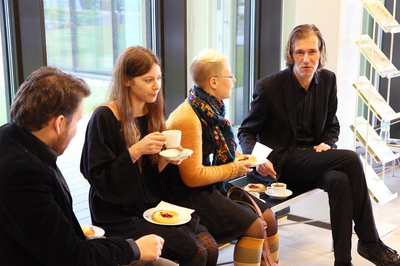 Uutta sukupolvea. Seminaarissa puhunut Tom Linkinen (oikealla) ja Marjon uudempia jatko-opiskelijoita Anu Salmela, Heta Lähdesmäki ja Otto Latva. Kuva: Teemu Immonen.
