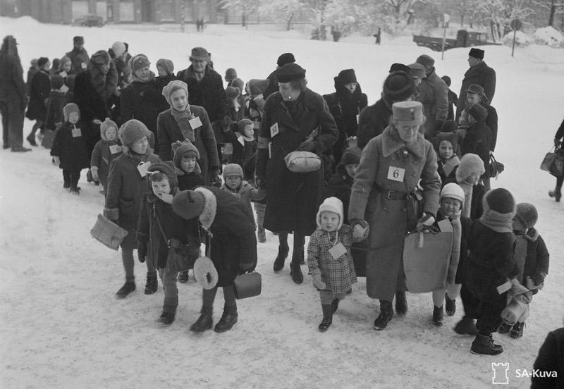 Ruotsiin lähteviä sotalapsia Turun rautatieasemalla 5.1.1941. Lasten matka jatkui kohti Turun satamaa. SA-kuva.
