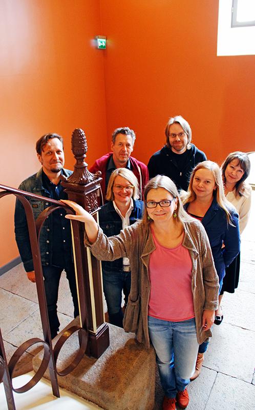 Tutkimusryhmän taukohetki Sirkkalassa: (takana vasemmalta) Olli Löytty, Ralf Kauranen, Mika Lietzén, (keskirivi vasemmalta) Kukku Melkas, Julia Tidgid, Zinaida Lindén, ja (edessä) Heidi Grönstrand. Kuva: Aura Nikkilä.