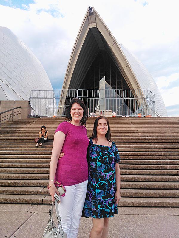 Maija Lundgren (vas.) ja Maija Mäki Sydneyn oopperatalon edustalla.