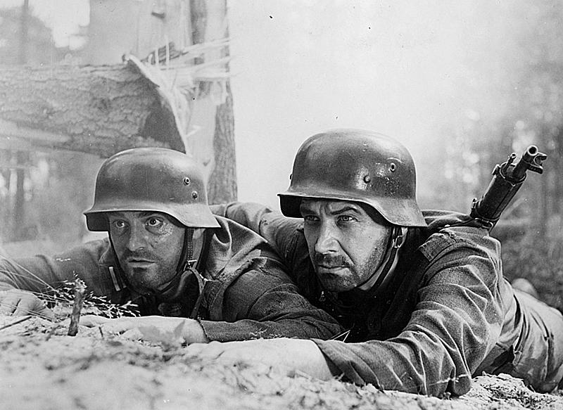 Kersantti (Tauno Palo) ja luutnantti (Eino Katajavuori) elokuvassa Silmät hämärässä (1952).