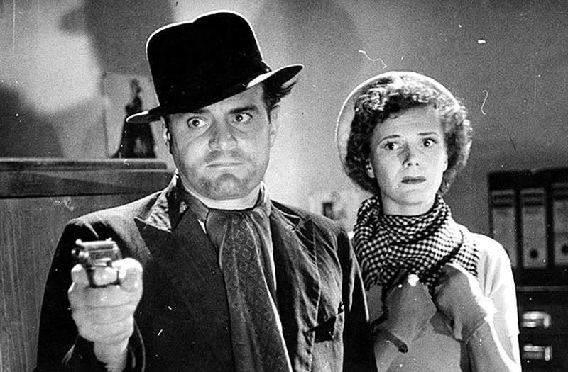 Kersantti (Tauno Palo) ja rikollinen nainen (Eija Karipää) elokuvassa Silmät hämärässä (1952).