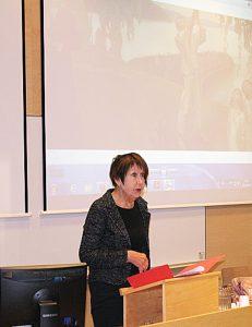 Konferenssin avasi Suomen Akatemian rahoittaman Mieli ja toinen -projektin tutkija professori Marja-Liisa Honkasalo. Kuva: Varpu Alasuutari.