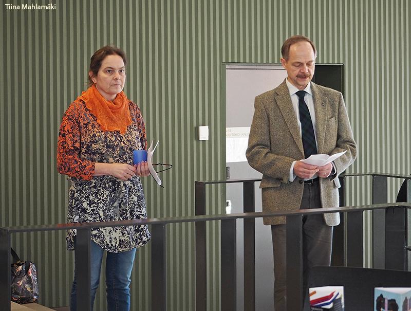 Askel kulttuurien tutkimukseen -teoksen julkaisutilaisuudessa puhuivat laitoksen johtaja Pekka Hakamies sekä kirjan päätoimittaja Jaana Kouri. Kuva: Tiina Mahlamäki.