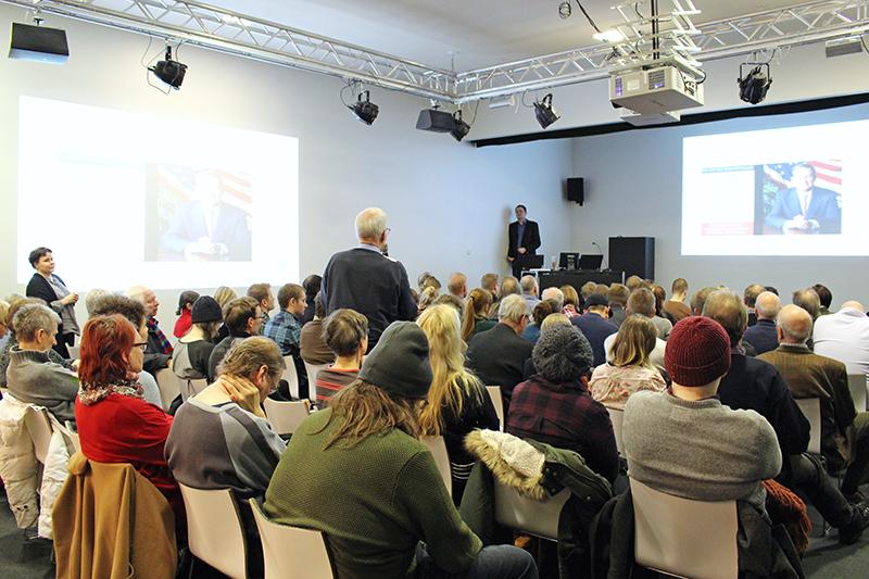 Turvallisuuskysymykset herättivät vilkasta yleisökeskustelua JMC:n Studia generalia -sarjassa. Lavalla fil. tri Kimmo Ahonen, taustalla JMC:n johtaja Benita Heiskanen. Kuva: Malla Lehtonen.
