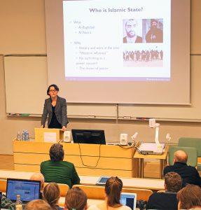 "JMC:n Current Issues -seminaari ""Transnational Security Crises"" keräsi yleisöä ja mediahuomiota. Kuvassa ISIS-järjestöä tutkinut Dr Kirstine Sinclair. Kuva: Suvi Karila."