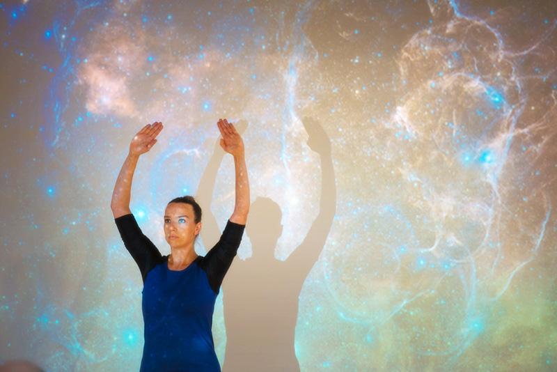 Linda Gieres tanssi osana Jean-Luc Lehnersin kosmologista luentoa vuoden 2014 tapahtumassa. Kuva: Otto Väätäinen.