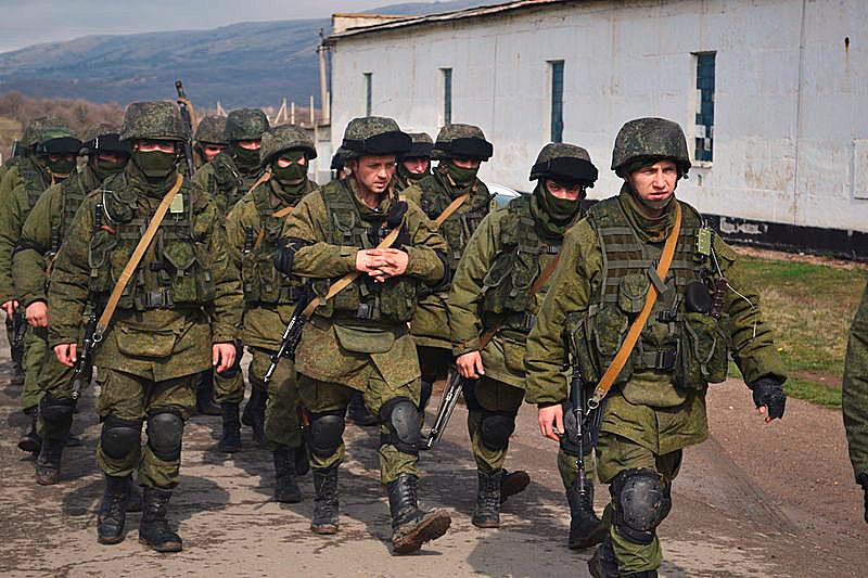 Yksi Venäjän voimapolitiikan uusista keinoista oli Krimillä maaliskuussa 2014 nähty tunnuksettomien sotilaiden käyttö vieraan valtion maaperällä. Kuva: Anton Holoborodko, 9.3.2014. Wikimedia Commons.