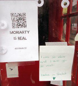 Nykykulttuurissa ilmenevää poikkeuksellisuutta luentosarjassa edusti Sherlock Holmes -fani-ilmiö, joka 2010-luvulla näkyy myös hahmon kotikaupungin Lontoon katukuvassa; fanien jättämiä viestiä voi löytää TV-sarjojen ja elokuvien kuvauspaikoilta. Kuva: Elina Karvo.