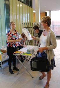 Opiskelija-avustajat Heidi Haapasalo ja Kirsi Laitila ottivat vastaan konferenssivieraita. Kuva: Sara Suvitie.