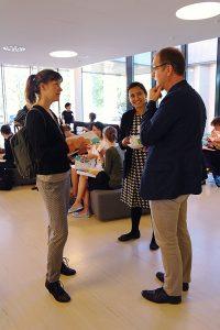 Konferenssivieraita keskustelemassa. Kuva: Sara Suvitie.