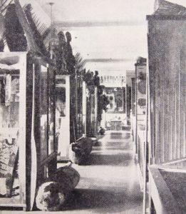 Varhaisin tunnettu kuva Kansallismuseon ullakkokerroksen eksoottiselta osastolta on vuodelta 1936. Hufvudstadsbladet 31.1.1936.