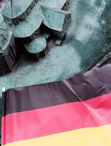 Osa Turun tuomiokirkkoa ja sen ympäristöä esittävästä veistoksesta Brahenpuistossa. Teoksen kulmalle on asetettu Saksan lippu.