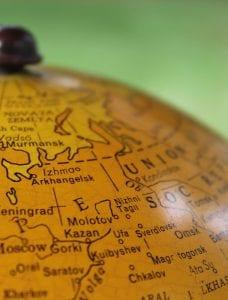 Lähikuva vanhasta karttapallosta, josta näkyvissä Suomen lisäksi iso osa Neuvostoliittoa.