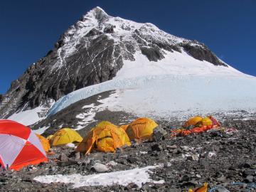 Telttoja vuoren rinteellä