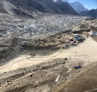 Vuoristomaisema, jossa näkyy telttoja.