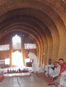 Arabimiehiä istuu suuressa salissa.