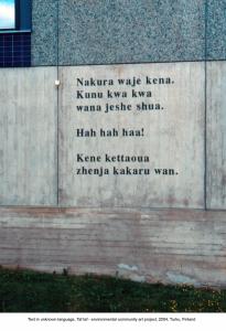Varissuolla sijaitsevan kerrostalon seinään tehty taideteos kertoo monikielisyydestä.