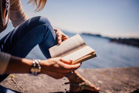 Lukeminen edistää ihmisen hyvinvointia: rentouttaa, vähentää stressiä ja viihdyttää.