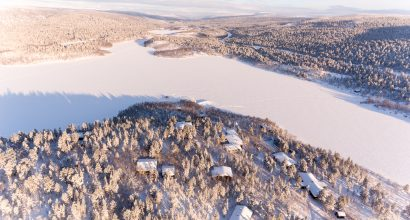 talvinen ilmakuva Kevonniemi rakennuksineen