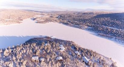 Kaunis talvinen ilmakuva. Aseman rakennukset ja Kevojärvi ympäristöineen.