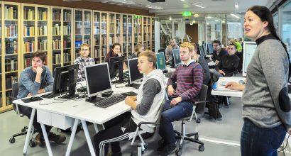 Opiskelijat seuraavat opetusta it-luokassa.