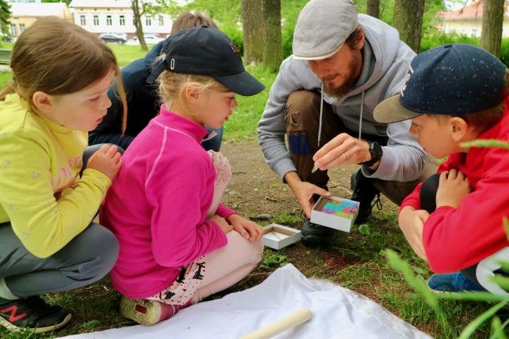 Tutkijatohtori Jani Sormunen kertoo lapsille puutiaisista. Kuvaaja: Henna Rouhiainen.