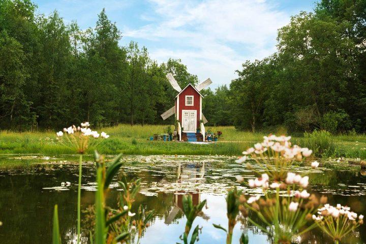 Kuva Turun yliopiston kasvitieteellisellä puutarhalla sijaitsevasta tuulimyllystä.