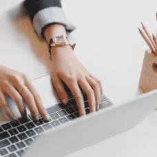 Kuva tietokoneella kirjoittamisesta