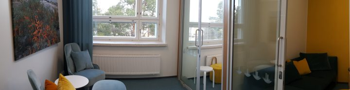 Kuva Torni-rakennuksen 4. kerroksen aulastasta Turun yliopiston Rauman kampuksella