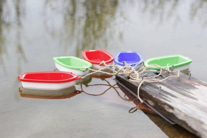 Leluveneitä laituriin sidottuna.