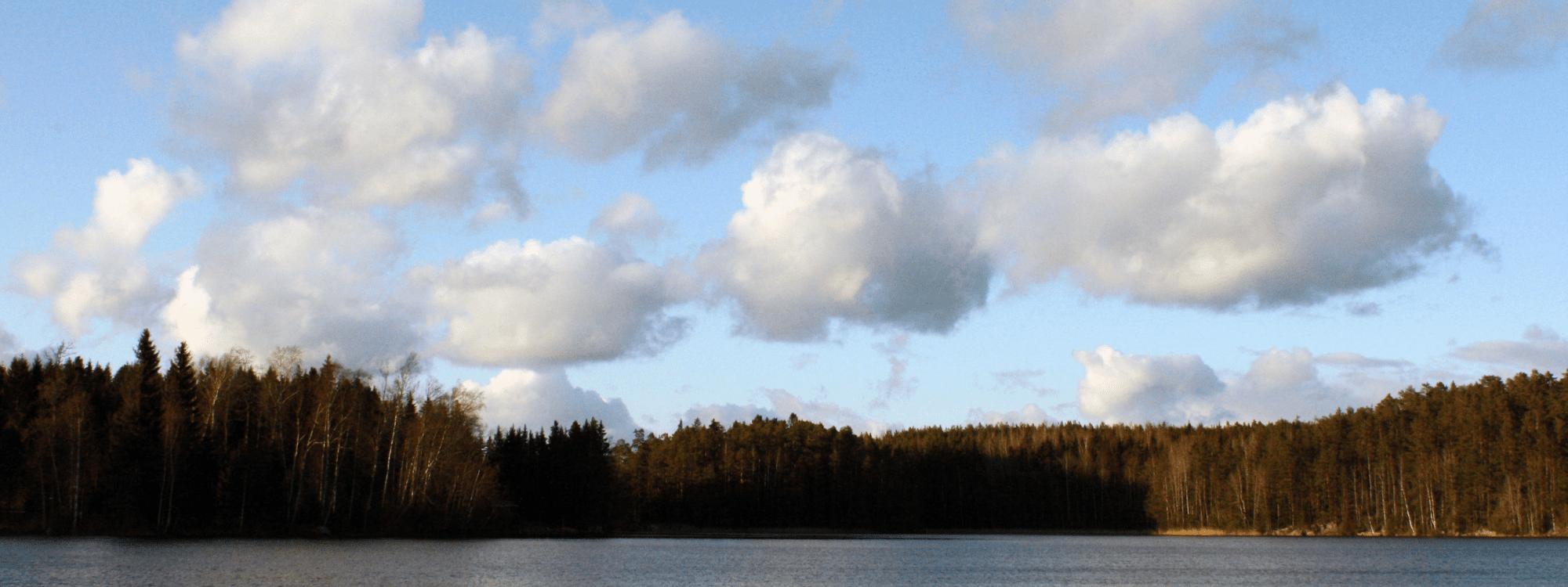 Järvimaisema ja pilviä taivaalla.