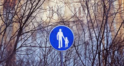 Jalkakäytävä-liikennemerkki järven rannalla.
