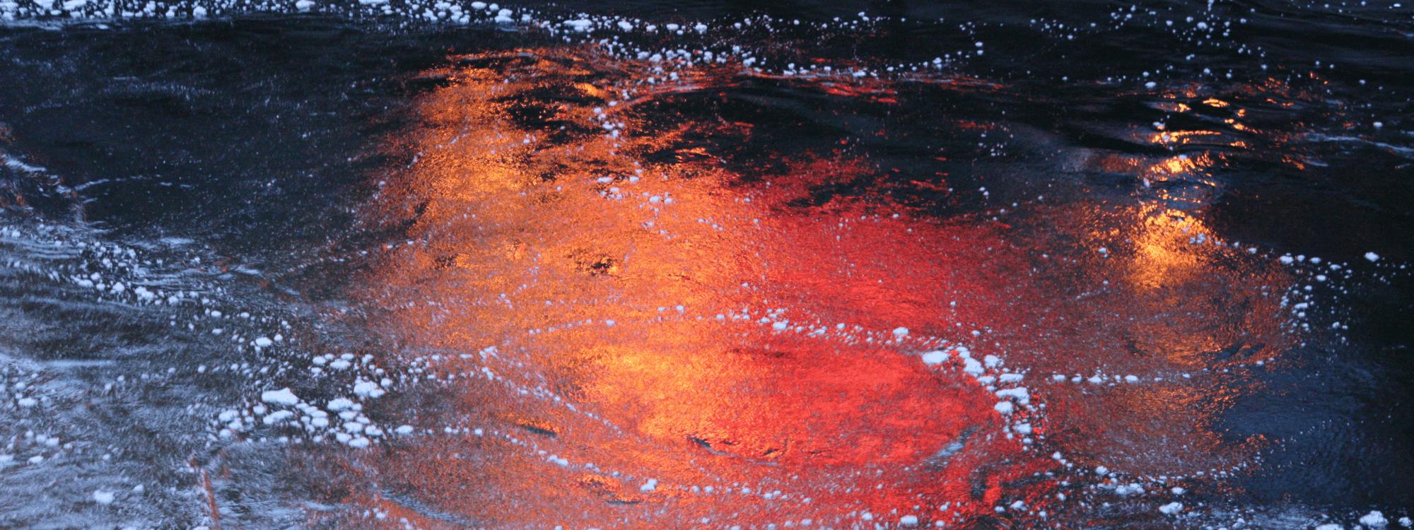 Värikäs joen pinta