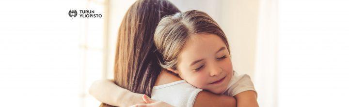 Vanhempi ja lapsi halaavat - Turun yliopiston logo